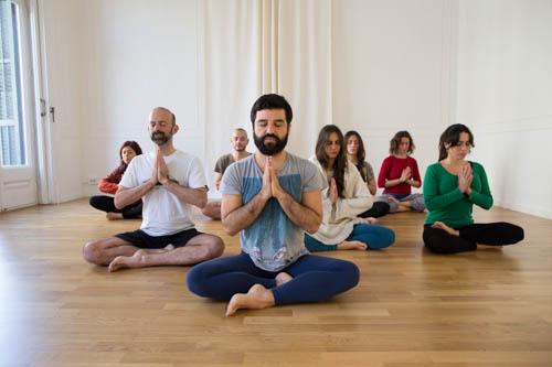 Claudio San Martín explicant alguns conceptes teòrics en una de les seves classes de ioga . Foto: Introyoga.